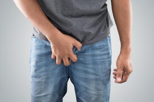 Réaliser un massage des testicules.
